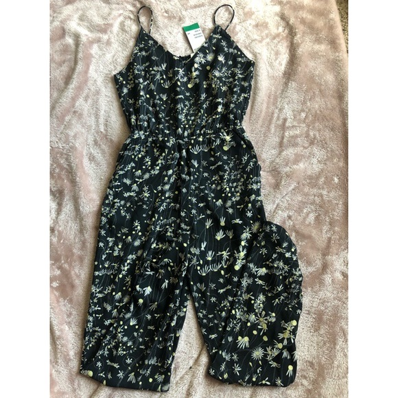 87d5a9afca6 H M black with white daisy printed jumpsuit suit